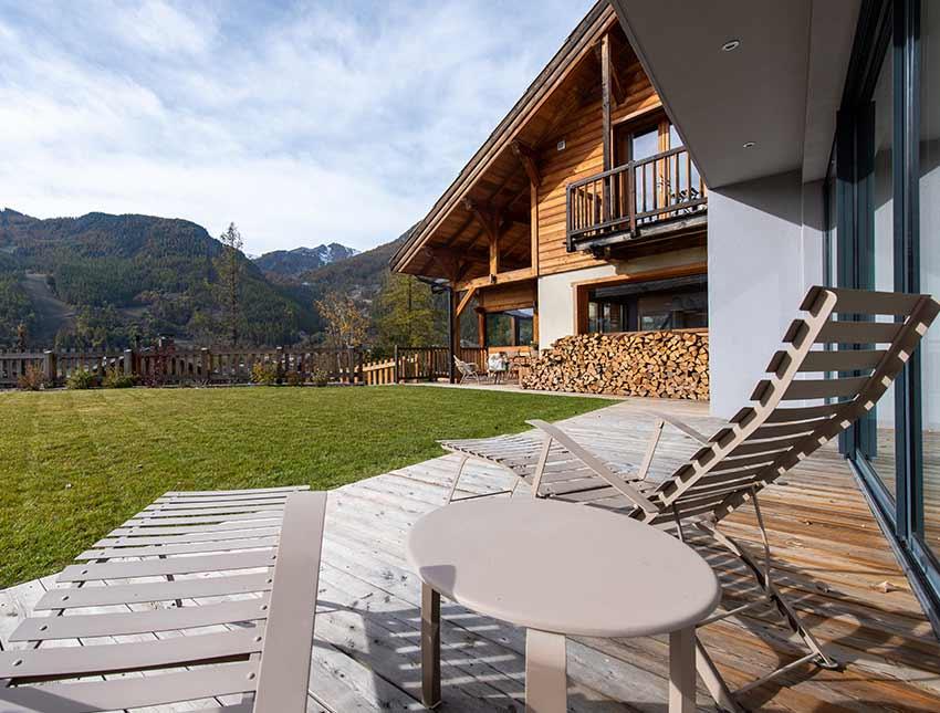 Vue de la terrasse du chalet de luxe sur les montagnes