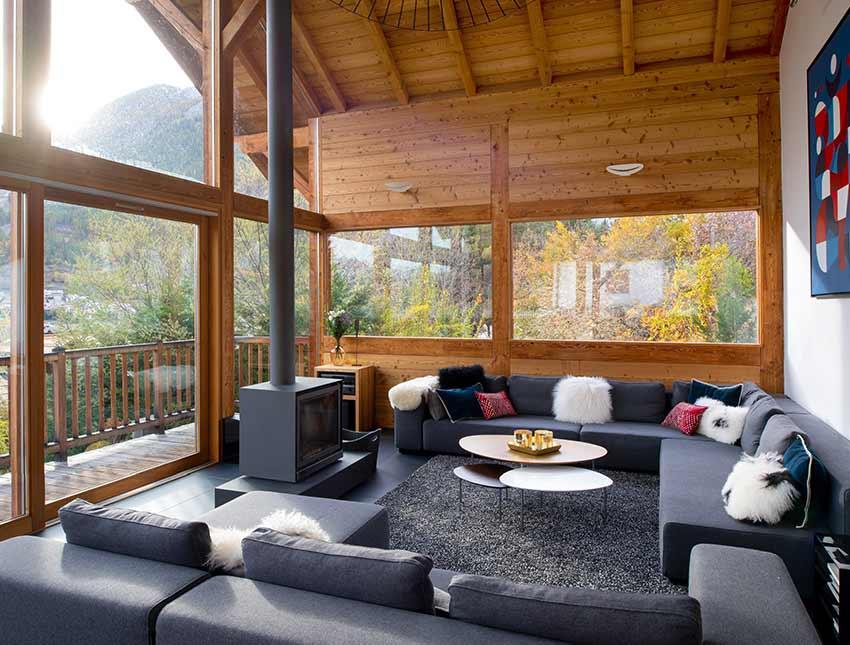 Salon spacieux et luxueux avec cheminée. Un espace convivial moderne et chaleureux